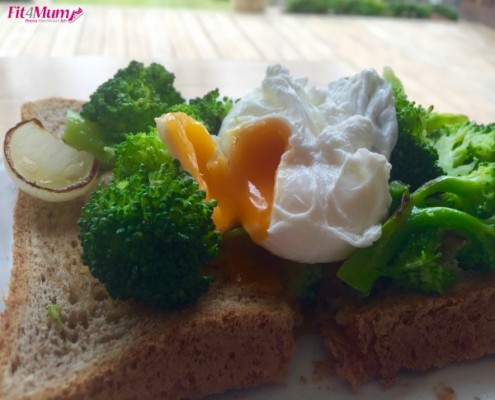 healthy-breakfast-broccoli-&-poached-egg-toasts